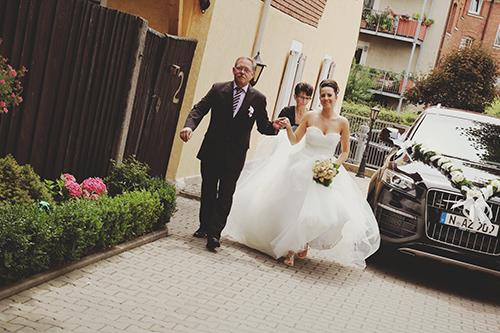 Feierlicher Moment: Christine wird von ihrem Vater in die Kirche geführt